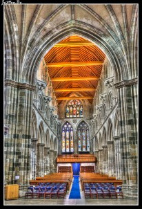 Paisley Abbey es una antigua abadía benedictina, que se encuentra en el centro de Paisley . La iglesia comenzó a construirse en 1163, dedicada a la Virgen. Trece monjes que procedían de Cluny fundarón la comunidad. Creció rápidamente y en 1245 ganó el estado de abadía. Su arquitectura presenta varios puntos de interés señalar su construcción gótica muy bien conservada; una cruz, llamada Barochan probablemente celta , del siglo VIII y el conjunto de gárgolas, algunas de ellas muy curiosas.