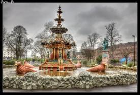 Los jardines de la fuente están en Paisley , Escocia. El parque es el jardín público más antiguo de Paisley. Dentro del parque se encuentra la Gran Fuente Central , una de las tres únicas fuentes catalogadas como monumento histórico en Escocia. Se compone de delfines, garzas, querubines y morsas. Una estatua de Robert Burns fue erigida en los jardines en 1896. Se sitúa adyacente a la fuente.