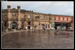 La Gilmour Street Station es la estación principal de Paisley. Paisley es una localidad en la parte occidental de las Lowlands de Escocia, Reino Unido, es la capital administrativa del concejo de Renfrewshire y parte del área metropolitana del Gran Glasgow. Paisley es el pueblo más grande de Escocia con una población de 76 834 habitantes en el censo de 2011. En el siglo XII, se fundó un priorato en Paisley, alrededor del cual creció pronto un asentamiento. Pasados cien años tras su fundación, el priorato ya había alcanzado el estatus de abadía. La localidad se hizo famosa en los siglos XVIII y XIX por su producción textil, especialmente algodón, con el distintivo diseño o estampado de Cachemira.