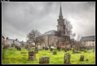 El cementerio de la Iglesia de la Trinidad de Oakshaw se encuentra en el punto más alto de Paisley. En esta imagen al fondo tenemos la iglesia de Orr (actualmente residencia privada) Esta iglesia ecuménica fue diseñada originalmente por el arquitecto John White en 1764 y el campanario fue añadido en 1770, agregando una característica significativa al horizonte de Paisley.