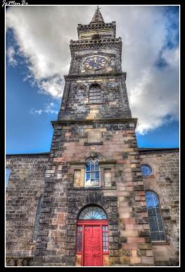 La Iglesia de la Trinidad de Oakshaw se encuentra en el punto más alto de Paisley. Esta iglesia ecuménica fue diseñada originalmente por el arquitecto John White en 1764 y el campanario fue añadido en 1770, agregando una característica significativa al horizonte de Paisley.
