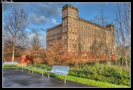 Paisley es una localidad en la parte occidental de las Lowlands de Escocia, Reino Unido, es la capital administrativa del concejo de Renfrewshire y parte del área metropolitana del Gran Glasgow. Paisley es el pueblo más grande de Escocia con una población de 76 834 habitantes en el censo de 2011. En el siglo XII, se fundó un priorato en Paisley, alrededor del cual creció pronto un asentamiento. Pasados cien años tras su fundación, el priorato ya había alcanzado el estatus de abadía. La localidad se hizo famosa en los siglos XVIII y XIX por su producción textil, especialmente algodón, con el distintivo diseño o estampado de Cachemira.