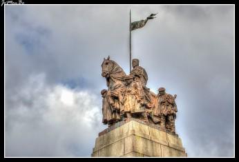 """El 27 de junio de 1924, seis años después del final de la Primera Guerra Mundial, el cenotafio de Paisley se inaguró, en recuerdo de los 1.953 hombres de Paisley que habían perdido la vida durante la guerra. En lo alto hay una estatua de bronce """"el alcohol de las cruzadas"""" que retrata a soldados del frente occidental acompañados por un caballero medieval a caballo. Según un artículo de Paisley Daily Express del 28 de julio de 1924 """"La idea que el grupo pretende transmitir es que nuestros hombres en la gran guerra en su espléndida determinación fueron animados por el mismo espíritu de los cruzados y se esforzaron por alcanzar un ideal similar al que los estimuló """"."""