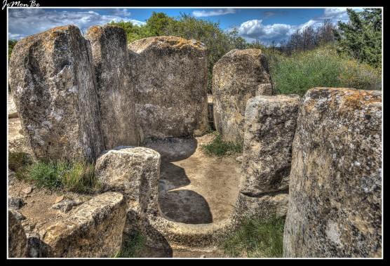 """A casi 4 kilómetros de Artajona, sobre una pequeña cumbre donde existió un poblado durante la Edad de Bronce, se encuentran los dólmenes """"Portillo de Enériz"""" y """"Mina de Farangotea"""", una de las muestras más importantes de la cultura megalítica en Navarra. Ambos son sepulcros construidos con grandes piedras que certifican que Artajona ha sido lugar de asentamiento desde hace miles de años. En las imágenes el dolmen """"Portillo de Enériz"""""""