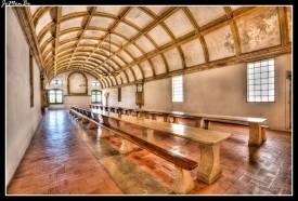 Sala destinada a la comida de los monjes, según las incripciones de los púlpitos (destinados a la lectura durante la comida) fué concluido entre 1535 y 1536. La actual organización de las mesas es del tiempo del Seminario de las Misiones (1922-1992). Tiene una antecámara que servía de aparador y que comunica con la cocina.