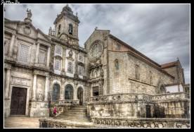 La Iglesia de San Francisco se inició en el año 1245. Aunque los orígenes de esta iglesia son románicos, posteriormente fue transformada al estilo gótico y más tarde adquirió decoración barroca. El interior tiene tres naves revestidas con tallas doradas, y en la nave lateral izquierda se encuentra uno de los mayores atractivos de la iglesia, el Árbol de Jesé, una escultura de madera policromada considerada una de las mejores del mundo en su género. Bajo el suelo de la Iglesia de San Francisco se esconden sus catacumbas y un osario con miles de huesos humanos que se pueden observar a través de un cristal colocado en el suelo.