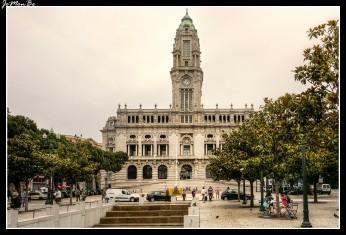 El Ayuntamiento remata el extremo más alto de la Avenida de los Aliados, en el corazón del centro de la ciudad. Se trata de un imponente edificio, de principios del siglo XX, en el cual destaca la robusta torre de 70 m de altura con reloj de carillón.