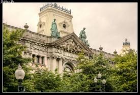 La Avenida dos Aliados con la Plaza da Liberdade es lo que vendría a ser la plaza central de Oporto, presidida por el Conselho o Ayuntamiento. Todos los edificios blancos que rodean esta plaza son de finales del siglo XIX o principios del XX, hechos con majestuosidad modernista. Llenos de detalles, los edificios destacan por las esculturas de mujeres y hombres que sobresalen de sus fachadas. En la plaza, como estatua principal y hecha en bronce, vemos a D. Pedro IV a caballo.