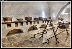 La cocina esta dimensionada para banquetes de piezas de caza mayor, posee dos chimeneas de 33 metros de altura.