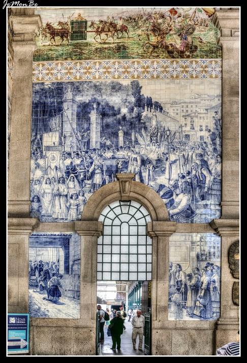 La Estación de Trenes de San Bento fue construida a principios del Siglo IX sobre los restos del antiguo convento de San Bento del Ave María y aún conserva ese aire melancólico y antiguo que caracteriza la ciudad de Oporto. Aunque ya de entrada su fachada es señorial, la verdadera joya se encuentra en su interior: un hall decorado con más de 20.000 azulejos en los que se retrata la historia de Portugal.