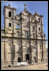 La Iglesia de San Lorenzo dos Grilos comenzó a construirse en el siglo XVI pero no se vio terminada hasta el siglo XVIII. Aunque es una iglesia que no destaca por su tamaño, su sencillez hace que sea una visita agradable ya que, a diferencia de la mayoría de las iglesias de Oporto, siempre decoradas de forma excesiva, la Iglesia de los Grilos tiene las paredes prácticamente desnudas, dejando a la vista la gran cantidad de piedras que componen la iglesia