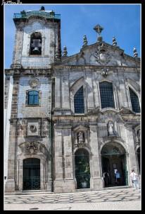 La Iglesia del Carmen, fue construida en la segunda mitad del siglo XVIII, siguiendo los estilos barroco y rococó, La iglesia posee dos fachadas, ya que se trata de dos iglesias unidas. La primera sería la del antiguo convento de los Carmelitas, del siglo XVII y estilo barroco. La segunda es la actual iglesia del Carmen, que entremezcla el barroco y el rococó. En el exterior de la iglesia, cabe destacar los clásicos azulejos portugueses, azules y blancos, que ocupan la fachada lateral. En ellos se representa con imágenes la fundación de la orden Tercera de las hermanas. La fachada principal, de tres cuerpos, fue realizada en mampostería de granito laboriosamente labrado. Está rematada por cornisas también profusamente decoradas y flanqueada por sendas esculturas de los profetas Elías y Eliseo, la talla de Santa Ana preside la fachada occidental. En la fachada principal destacar igualmente su amplio frontón, rematado con las esculturas de los cuatro evangelistas.