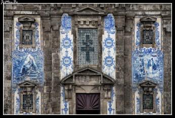 Esta iglesia de estilo barroco fue construida entre 1709 y 1730. Las dos torres de los campanarios fueron agregadas en 1739. La principal característica de San Ildefonso es su fachada decorada con alrededor de 11.000 azulejos en azul y blanco, creados en 1932 por el artista Jorge Colaço. Las escenas representan la vida de San Ildefonso y partes del Evangelio.