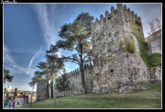 Murallas fernandinas es el nombre por la cual se conoce el cinturón medieval de murallas de Oporto, del cual solamente pequeñas partes han sobrevivido hasta nuestros días.