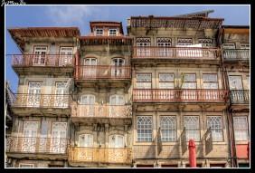Muro de las Cubiertas de la Ribera en Oporto. Era una sección de la Muralla Fernandina, construida por orden del rey D. Fernando entre 1368 y 1437, sustituyendo al antiguo cerco alto-medieval de la ciudad. Separa la Plaza de la Ribera del río Duero. Había una puerta principal que hacia la conexión con el río y para la plaza se abrieron varias cubiertas. De éstas, hoy en día, sólo queda una.