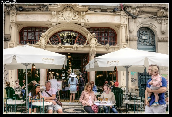 """El Café Majestic esta situado en la popular calle comercial de Santa Catarina (Oporto), abrió sus puertas el 17 de diciembre de 1921 con el nombre de """"Elite"""". Su fachada y sus paredes destilan ese aroma de los años veinte, de la belle époque, un art decó plagado de rollizos angelitos, flores y maderas nobles torneadas… Precios exorbitantes en contraposición a las estrecheces de las mesas."""