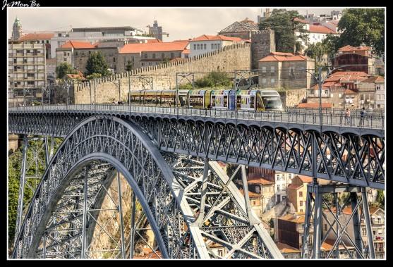 El modernísimo metro de Oporto es muy eficiente y conecta en pocos minutos el centro histórico con el aeropuerto internacional Francisco Sa Carneiro (a 11Km al norte de la ciudad), y las estaciones ferroviales de Porto Campanha y Porto Sao Bento.