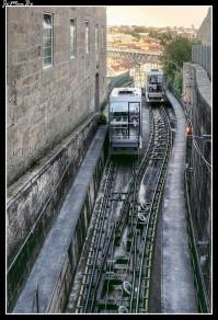 El funicular de Oporto, más conocido como Funicular Dos Guindais, comunica la orilla del río, y el barrio de Batalha, situado en la parte alta de Oporto. Durante este corto recorrido podréis contemplar el Puente de Luis I, la muralla fernandina de Oporto El funicular de Oporto cuenta con muchos años de historia. Su construcción se llevó a cabo en 1891.