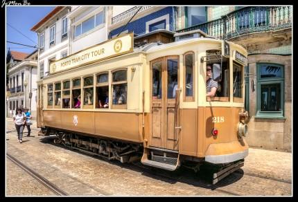 """Desde la aparición del metro y otros medios de transporte más rápidos y modernos, el tranvía se ha convertido en un atractivo turístico más que un medio de transporte. En la actualidad tan solo funcionan media docena de tranvías y apenas quedan líneas, pero no deja de tener su encanto el dar un paseo en uno de estos antiguos """"carros eléctricos"""" por el centro de la ciudad."""