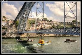 En la desembocadura el río Duero tiene una pendiente escasísima (0,6 m/km), lo que permite que sea navegable, las barcazas de carga están desapareciendo y se está desarrollando el sector turístico con pequeños cruceros que surcan el río desde la frontera (Miranda do Douro) hasta el océano Atlántico y los deportes fluviales.