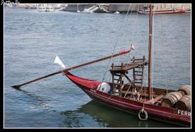 Los rabelos son barcos tradicionales de Oporto que eran utilizados tradicionalmente para llevar las barricas de vino de Oporto desde los viñedos hasta Vila Nova de Gaia que es donde las bodegas tienen sus centros de comercialización y distribución.