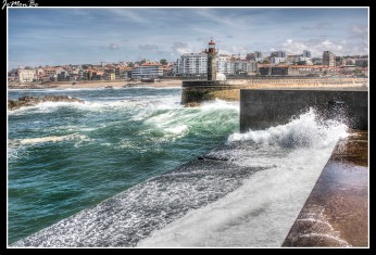 Foz do Douro es una freguesia de Oporto con un bellísimo paseo marítimo que tiene la particularidad de ser el punto exacto en el que se produce la desembocadura del Duero en el Atlántico.