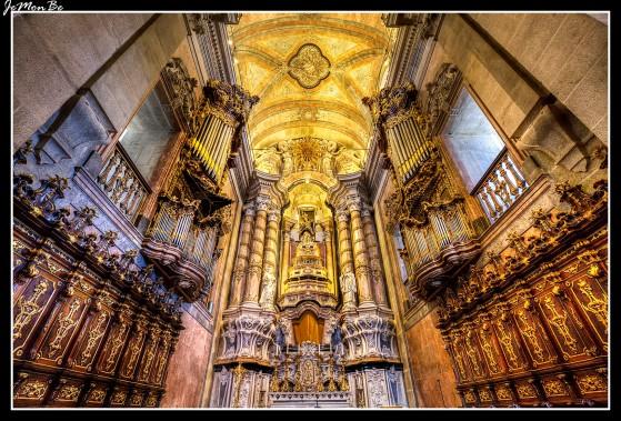 """La Iglesia y Torre de los Clérigos fue construida entre 1735 y 1748 en un estilo barroco. Fue construida por la hermandad de los Clérigos Pobres en """"el cerro de los ahorcados"""". La Torre de los Clérigos es la torre más alta de Portugal; sus 76 metros de altura y los más de 200 escalones dan acceso a una privilegiada vista panorámica de Oporto."""