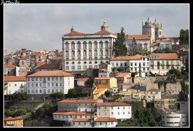 La catedral de Oporto está situada en el barrio de Batalha, junto a las murallas que tiempo atrás protegieron la ciudad. El exterior del edificio tiene un aspecto de fortaleza con almenas. En el centro de la plaza de la Catedral hay una columna (pelourinho) que era utilizada para colgar a los criminales.