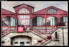 En el centro histórico de Oporto se encuentra la plaza en pendiente del Infante D. Henrique que junta varios focos de interés. El Palacio de la Bolsa, el antiguo Mercado Ferreira Borges, donde funciona la sala de espectáculos Hard Club, las iglesias de San Nicolás y San Francisco de Asís y por supuesto la estatua del Infante. Autoría de Tomás Costa, la escultura realizada en 1894 consiste en la figura del Infante, que tiene a su lado un globo, y en una Victoria que lleva dos corceles y dos tritones, que representa el triunfo de los navegantes portugueses, y una figura femenina que simboliza la fe de los Descubrimientos.