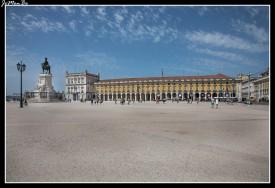 La Plaza del Comercio es la plaza más importante de Lisboa. Fue construida donde estuvo situado el palacio real antes de ser destruido por el gran terremoto de 1755. La fisionomía de la Plaza del Comercio se compone de un conjunto de edificios porticados en tres de sus lados y está abierta en el lado sur, mirando al Tajo. Históricamente ahí llegaban los barcos mercantes y ésta era la puerta de Lisboa. Situado en el lado norte de la Plaza del Comercio, el Arco da Rua Augusta da comienzo a la calle Rua Augusta, la calle más importante de La Baixa, y en el centro la estatua ecuestre de José I, rey portugués que estuvo al mando durante el terremoto de Lisboa.