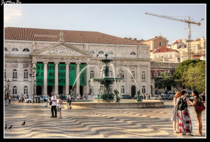 La Plaza del Rossio, oficialmente llamada Plaza Don Pedro IV, es el centro neurálgico de Lisboa, y a poca distancia de la Plaza de los Restauradores. En el centro de la Plaza del Rossio se encuentra la estatua de Pedro IV de Portugal, El Rey Soldado. En su base cuatro figuras femeninas representan las bondades del rey. En un extremo tenemos el Teatro Nacional Doña María II y a su izquierda la estación ferroviaria de Rosssio.