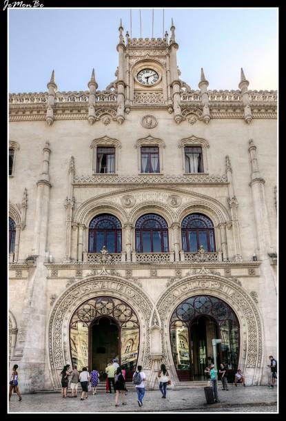 La Estación de Rossio es la estación central de Lisboa. La fachada, de estilo neomanuelino, con dos grandes puertas de acceso con forma de herradura y una torre rematada por un reloj, elemento este último muy habitual en las estaciones ferroviarias de finales del XIX-principios del XX. El resultado del conjunto es una estación que, por su aspecto monumental, bien podría ser un teatro.