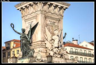 La Plaza de los Restauradores homenajea la liberación de Portugal del yugo de los españoles en el siglo XVII. En mitad de la plaza podemos contemplar un gran obelisco a los pies del obelisco encontramos dos figuras de bronce, la de la Victoria (con corona) y la de la Libertad, obra de Alberto Nunes y Simões de Almeida. En los laterales están grabados los nombres y fechas de todas las batallas de la Guerra de Restauración. Está acotada por varios edificios como es el antiguo Teatro Edén, hoy convertido en hotel, que se reconoce por las palmeras y por su particular estilo, una especie de art déco renovado y el edificio modernista del Condes Cinema, que actualmente ocupa el Hard Rock Café.