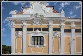 El Pabellón Carlos Lopes se encuentra en el Parque Eduardo VII. El edificio original fue diseñado para la exposición de Río de Janeiro de 1922 en Brasil. La estructura fue reconstruida en Lisboa como palacio de exposiciones para la exposición Industrial de 1932. En la fachada principal los azulejos en azul y blanco fueron fabricados por la fábrica de Sacavém en 1922 y reproducen escenas heroicas de la historia portuguesa. El nombre es en honor del atleta portugués Carlos Lopes, ganador de la medalla de oro en la maratón de los Juegos Olímpicos de Los Ángeles