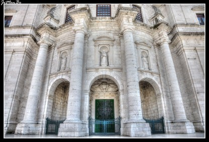 En el lugar donde hoy se levanta el Panteón Nacional de Lisboa había, desde el siglo XVI, una iglesia de la que actualmente ya no queda prácticamente nada, esta gran construcción barroca comenzó a construirse a finales del XVII. Lo más destacable de la arquitectura del panteón es su gran cúpula blanca, que sobresale majestuosa entre los tejados de Alfama.
