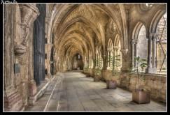 La Catedral de Lisboa o Catedral de Sé, de estilo románico, es una de las visitas obligadas en el barrio de Alfama. Se trata de uno de los pocos monumentos supervivientes a los sucesivos terremotos e incendios que han asolado la ciudad. Su construcción comenzó a mediados del siglo XII. El claustro presenta un estilo similar al del Monasterio de los Jerónimos y varias excavaciones arqueológicas llevadas a cabo en él atestiguan su pasado romano y árabe.