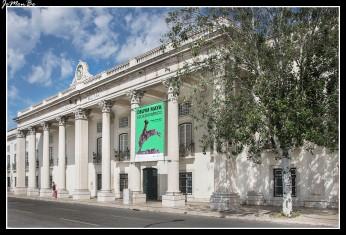 Se trata del museo militar más grande de Portugal, y en él pueden encontrarse todo tipo de objetos y documentos relacionados con el ejército: desde armas, cañones y munición, hasta uniformes y documentos de gran relevancia para la historia del país. El museo se ubica en el Antiguo Arsenal Real del Ejército, donde, desde el siglo XV, funcionaba una fábrica de artillería.
