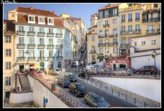 """El Chiado es un barrio elegante y bohemio conocido como el """"Montmartre"""" de Lisboa. El Chiado fue totalmente reconstruido tras el incendio de 1998 y en él destacan las calles do Carmo, con las ruinas de la iglesia del mismo nombre, y la de Garret. El Barrio Alto representa la Lisboa alternativa y es probablemente el mejor lugar de la ciudad para escuchar fados. Por sus calles abundan los graffitis y la ropa tendida. La Praça Luís de Camoes, uno de los escenarios de la Revolución de los Claveles, marca el límite de los barrios del Chiado y del Barrio Alto."""