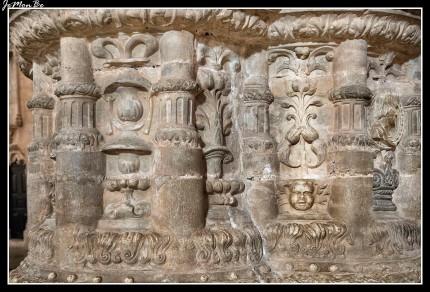 La construcción del Monasterio de los Jerónimos se inició el 6 de enero de 1501 y se concluyó a finales del siglo XVI. El estilo predominante del monasterio es el manuelino y se construyó para celebrar el regreso de la India de Vasco de Gama. La Iglesia del Monasterio de los Jerónimos es de una única nave cuenta con seis columnas perfectamente talladas que parecen no tener fin. Contiene las tumbas de Vasco de Gama y de Luís de Camões. El claustro es de grandes dimensiones.