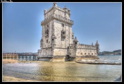 La Torre de Belém, de estilo manuelino, fue construida entre 1515 y 1519. La torre está situada en la desembocadura del Tajo e inicialmente sirvió para la defensa de la ciudad, posteriormente se convirtió en centro aduanero y faro. En la planta baja hay 16 ventanas con cañones defensivos, se pueden visitar los fosos y huecos por donde tiraban a los prisioneros. La torre en sí tiene cinco pisos y termina en una terraza. Las plantas se comunican únicamente por una pequeña escalera de caracol.