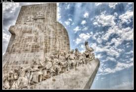El Monumento de los Descubrimientos con 52 metros de altura fue erigido en 1960 para conmemorar el quinientos aniversario de uno de los grandes descubridores de Portugal, el infante Henrique el Navegante, descubridor de Madeira, Las Azores y Cabo Verde. Contiene un grupo escultórico con forma de punta de carabela sobre el que el Infante abre camino a numerosos personajes que tuvieron que ver con los grandes descubrimientos de la historia de Portugal. Se puede subir a lo alto del monumento en ascensor.