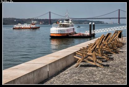 El Puente 25 de Abril es un gran puente colgante de Portugal que atraviesa el estuario del río Tajo, en el área metropolitana de Lisboa. De aspecto imponente, la construcción de acero se extiende casi 2 km. La parte inferior fue recientemente renovada para albergar vías de tren. En el puente sobre el río Tajo puede oírse constantemente el sonido del desplazamiento de los automóviles sobre unas rejillas metálicas a lo largo del puente (se aconseja no circular a mucha velocidad por el puente ya que el enrejado que tiene su tablero hace que el coche no sea lo suficientemente seguro o estable a partir de 70 km/h).