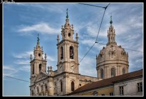 La Basílica da Estrela está situada en el barrio de la Estrela en Lisboa. La reina María I, hizo voto de que construiría una iglesia si tenía un hijo varón. Su deseo fue satisfecho y la construcción de la Basílica da Estrela se inició en 1779. Aun así, el tan ansiado hijo y heredero, José, murió de varicela dos años antes del fin de su construcción, en 1790. La enorme cúpula, es visible desde casi cualquier punto de la ciudad. La Basílica fue construida por arquitectos de la Escuela de Mafra, en estilo Barroco final y Neoclásico. La fachada está enmarcada por dos torres gemelas y decorada con estatuas de santos y figuras alegóricas. El amplio interior, de mármol gris, rosa y amarillo, iluminado por aperturas en la cúpula, infunde respetuoso temor.