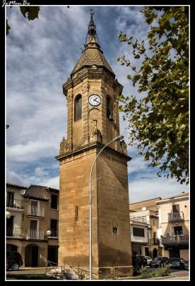 La villa de Ayerbe está organizada entorno a la plaza donde se ubicaba el mercado desde la Edad Media y que contiene sus dos monumentos más emblemáticos: la torre del reloj y el palacio de los Urriés. El palacio es señorial, pero tiene un aspecto defensivo por las almenas que lo coronan y al estar enmarcado por dos torreones en los laterales. Perteneció a los marqueses de Urriés, como demuestra el escudo de su fachada principal. Fue construido en el siglo XVI por Hugo de Urriés y como la mayoría de los palacios aragoneses de esta época tiene la característica galería superior de arcos de medio punto.