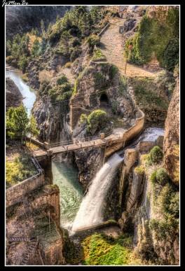 El embalse de La Peña debe su nombre a la peña sobre la que se levanta la presa y a través de la cual, por distintas galerías excavadas en la misma roca, realiza el desembalse de nuevo al cauce del río Gállego. Fue construido entre 1904 y 1913 con la función de regular este río justo antes de entrar en el desfiladero que discurre junto a los mallos de Riglos. Llama la atención el puente que salva el vaso del embalse, para permitir el tráfico rodado, construido por Severino Bello siguiendo la arquitectura ferroviaria de la época y que tan sólo unos kilómetros más adelante, en La Peña Estación, se repite pero en esta ocasión para permitir al ferrocarril, el mítico 'Canfranero' salvar el cauce hacia (o desde) Riglos.