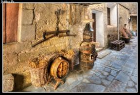 A los pies de los mallos está la localidad de Agüero. Una población en cuyas calles se respira su pasado medieval. En el núcleo urbano existe una iglesia con portada románica, pero mucho más interesante es la iglesia de Santiago, que la encontramos en las afueras de la población. El emplazamiento de Agüero es sumamente pictórico y montaraz, sobre la cumbre de una elevada loma, a considerable altitud respecto del cercano curso del Gállego, encerrado ya en las montañas prepirenáicas y dominando un amplio valle.
