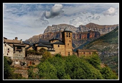 Torla es puerta de acceso al valle de Ordesa perteneciente al Parque nacional de Ordesa y Monte Perdido, así como al valle de Broto. Se encuentra en el valle glaciar del río Ara, después de la confluencia de los valles de Bujaruelo (donde nace el río Ara) y el Ordesa (río Arazas). Un paseo por sus calles es adentrarse en el más puro medievo….la Plaza Mayor del siglo XIII, las casonas de los siglos XIII-XVIII, los escudos infanzones, espantabrujas, inscripciones, ventanas geminadas….un deleite para el visitante y el amante del buen arte.
