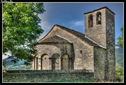 En Orós Bajo tenemos la iglesia parroquial de Santa Eulalia, de estilo mozárabe o románico-lombardo según autores (siglo XI-XII). Se trata de un ejemplar destacado dentro del grupo de iglesias de Serrablo, siendo quizá el ejemplar más sofisticado, sobre todo en lo tocante al exterior del ábside. Presenta nave de planta rectangular y ábside semicircular, cubierto con bóveda de horno. En el muro sur se abren tres ventanas desiguales en arco de medio punto y la puerta similar, precedida de un atrio añadido en época moderna. En el exterior del ábside, que tiene contrafuertes en la zona de unión con la nave, hay siete arcadas murales, de las que destaca su cuidada elaboración, presentando la central una ventana abocinada de medio punto.
