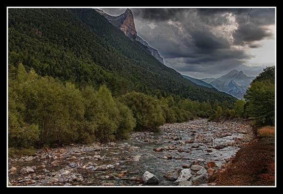 El río Arazas es un corto río del noreste de España, en la vertiente sur de los Pirineos, que nace en las faldas del macizo del Monte Perdido, forma el impresionante valle de Ordesa y tras recorrer 15 km desemboca en el río Ara, en el puente de los Navarros cerca de la localidad de Torla (Huesca). Toda su cuenca se encuentra incluida en el Parque Nacional de Ordesa y Monte Perdido. A la izquierda de la imagen podemos ver el Tozal de Mallo.
