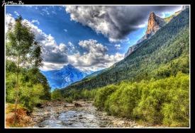 El río Arazas es un corto río del noreste de España, en la vertiente sur de los Pirineos, que nace en las faldas del macizo del Monte Perdido, forma el impresionante valle de Ordesa y tras recorrer 15 km desemboca en el río Ara, en el puente de los Navarros cerca de la localidad de Torla (Huesca). Toda su cuenca se encuentra incluida en el Parque Nacional de Ordesa y Monte Perdido. A la derecha de la imagen podemos ver el Tozal de Mallo.